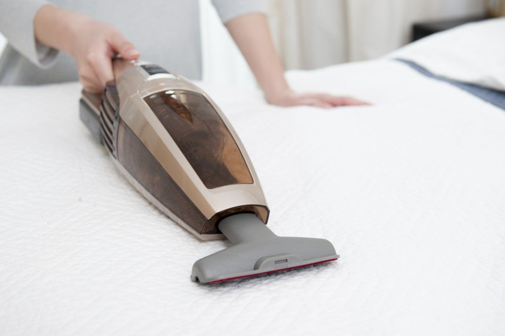 cleaning mattress with handheld vacuum